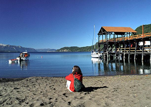 Playas neuquinas: arena, agua cristalina, bosques y sol a orillas de los lagos