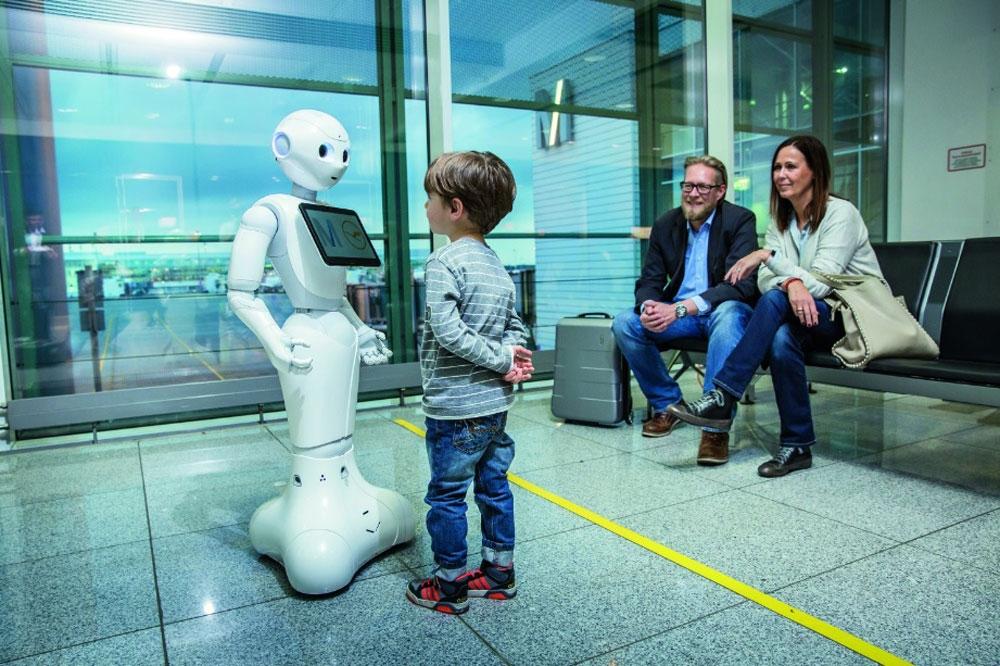 Un robot humanoide recibe a los viajeros en el aeropuerto de Munich