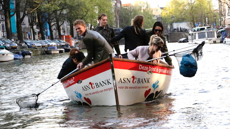 En Amsterdam: navegas por los canales y pescas plásticos