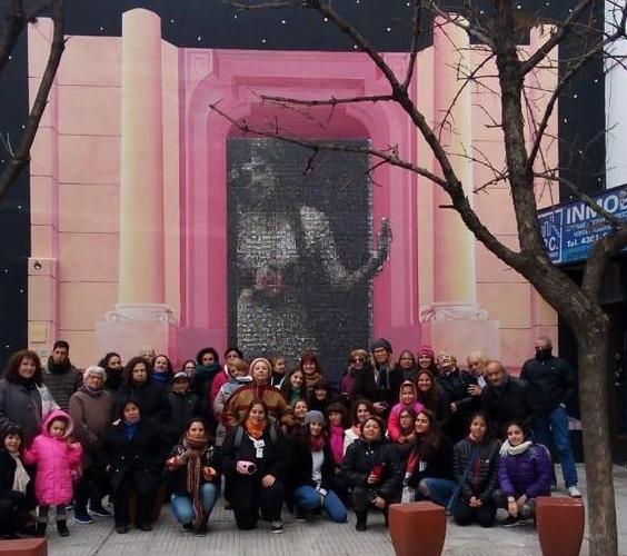 Felicitas Guerrero sobre un muro de Barracas