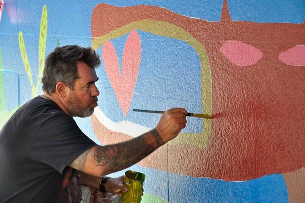 El artista Milo Lockett intervino una entrada del shopping porteño