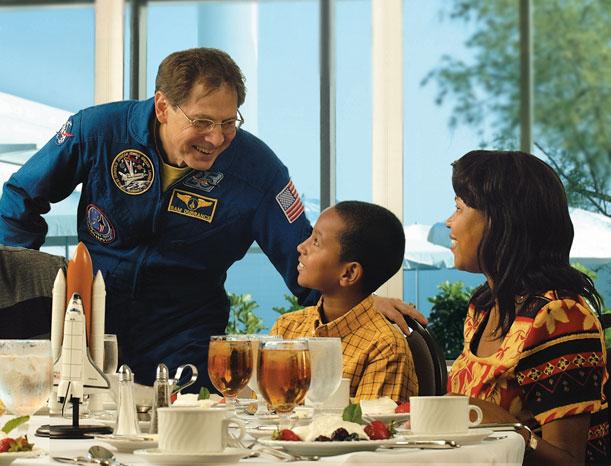 Una simulación de vuelo espacial con un astronauta