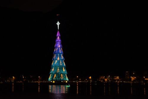 Río festeja la Navidad con un árbol flotante
