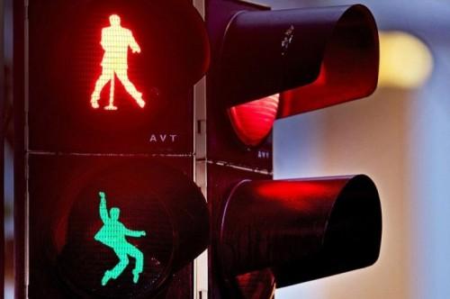 En Alemania, Elvis te indica cuando hay que cruzar la calle