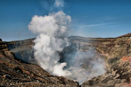 Alerta en Japón: varios volcanes entraron en actividad