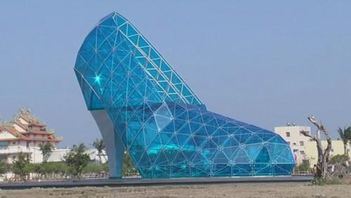 En Taiwan: el zapato de la Cenicienta mide 17 metros de alto