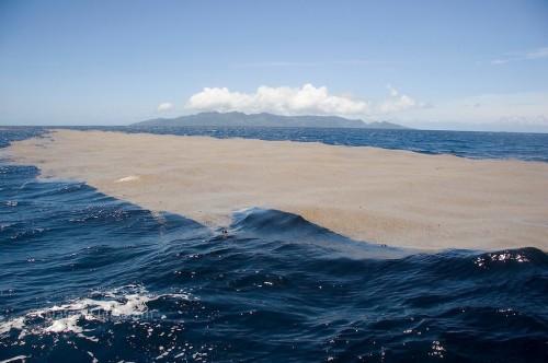 Una isla de piedra pómez grande como Buenos Aires está flotando sobre el Pacifico