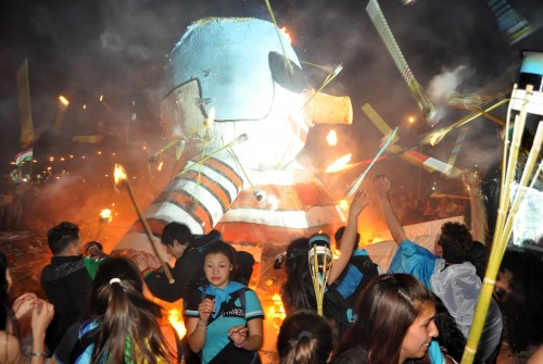 Así es la tradición de la Quema del Muñeco en Colón