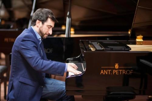 Antonio Formaro se presenta en el Hilton de Pilar