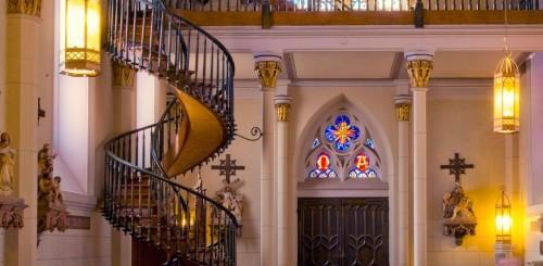 ¿Cómo se sostiene la escalera de la capilla de Loreto?
