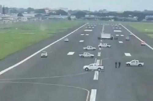 En Ecuador, impiden el aterrizaje de un avión con vehículos sobre la pista