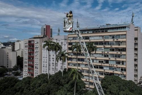 Un bombero dio un recital desde una grúa en Río de Janeiro