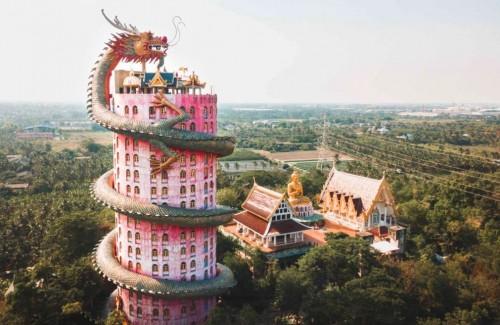 En Tailandia: un dragón custodia un templo