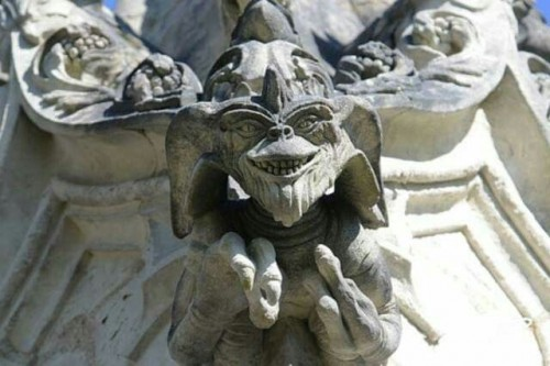 En lugar de santos, esta capilla tiene estatuas de gremlins