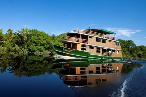 En barco privado por el Amazonas