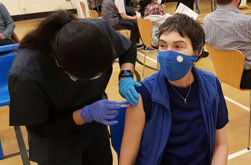 Un seguro médico que viene con promo para los vacunados