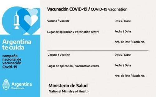 La credencial de vacunación argentina ahora está en inglés