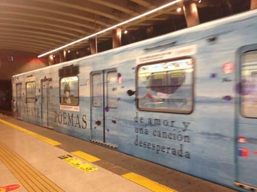 Se viaja con poesias de Neruda en el subte de la ciudad