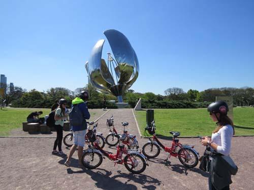 Recorridos por Buenos Aires con una bici eléctrica / por Román Dumas