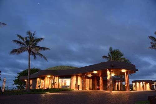 Una presentación del hotel de mejor categoria en la Isla de Pascuapor uno de sus gerentes y su chef de cocina